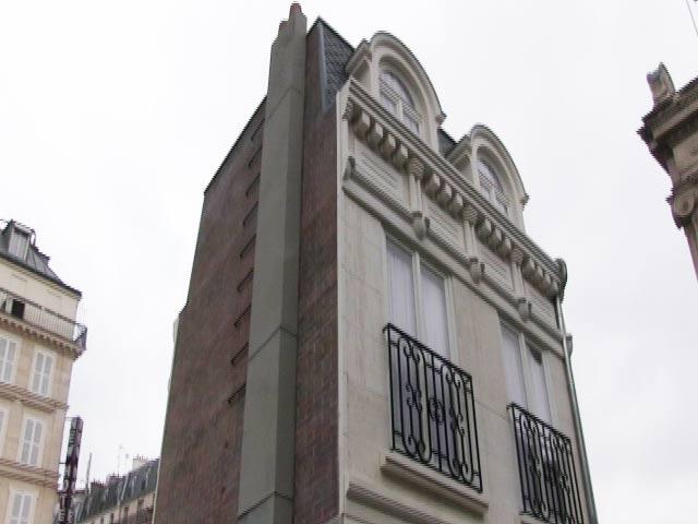 Videos : पेरिस के बीचोंबीच खड़ा है पिघलता हुआ मकान