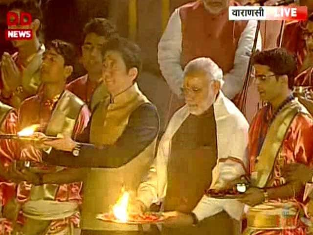 Video : PM Modi, Shinzo Abe Make Offerings to Ganga in Varanasi