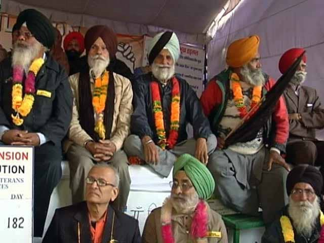 Video : दिल्ली : OROP को लेकर पूर्व सैनिकों ने निकाली आक्रोश रैली