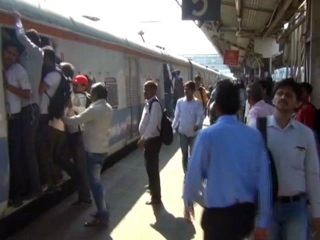 Videos : मुंबई लोकल ट्रेन में 70 साल की बुजुर्ग महिला से रेप की कोशिश