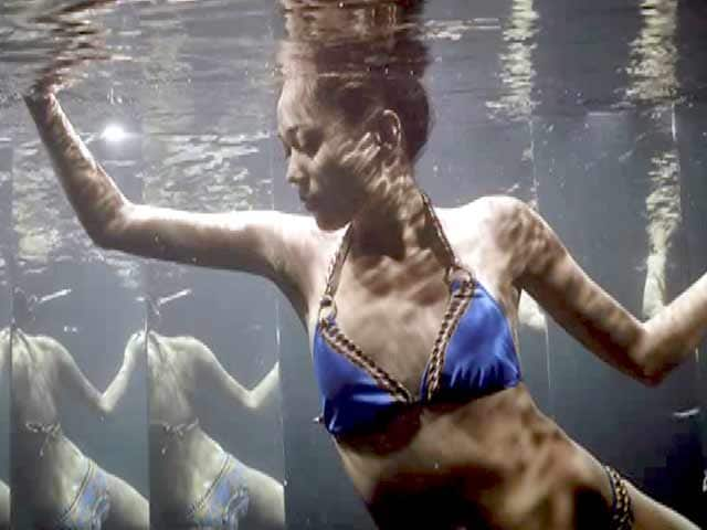 Video : Kingfisher Supermodels Pose Underwater