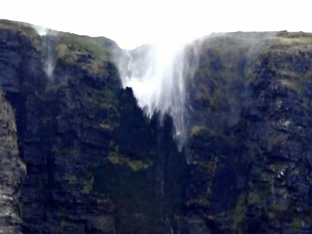 Video : Waterfall Flows Upwards in Remarkable Natural Phenomenon
