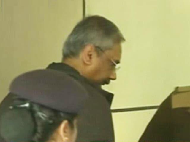 Video : सीबीआई दफ्तर में केजरीवाल के प्रधान सचिव राजेंद्र कुमार से पूछताछ