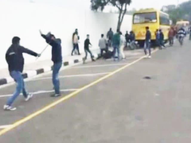 Videos : सिक्किम से आए छात्रों की बीच सड़क पर रॉड और लाठी से पिटाई