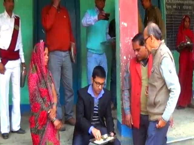 Videos : विधवा के मिड-डे मील बनाने पर विवाद : गोपालगंज के डीएम ने सिखाया समझदारी का पाठ
