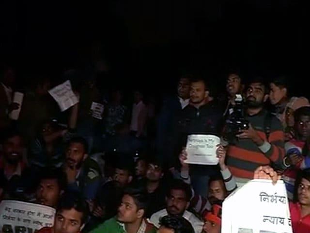 Videos : निर्भया केस का नाबालिग दोषी रिहा, नाराज लोगों ने किया विरोध प्रदर्शन