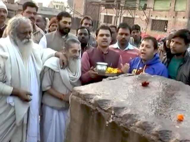 Videos : अयोध्या में ट्रक भरकर लाए गए पत्थर, राम मंदिर के लिए हुआ शिलापूजन