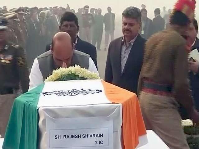 Video : बीएसएफ प्लेन क्रैश : हादसे में मृत जवानों को गृहमंत्री राजनाथ सिंह ने दी श्रद्धांजलि
