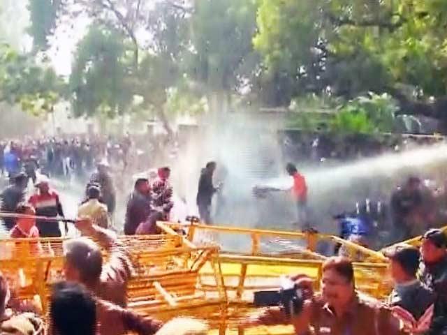 Videos : सीएम केजरीवाल के घर अस्थायी टीचरों का प्रदर्शन, पुलिस ने चलाई वाटर कैनन