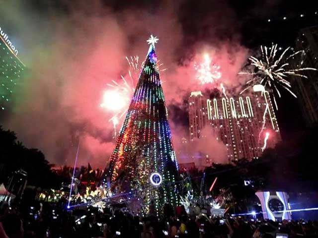 Video : Indonesia Marks Christmas with Fireworks Display