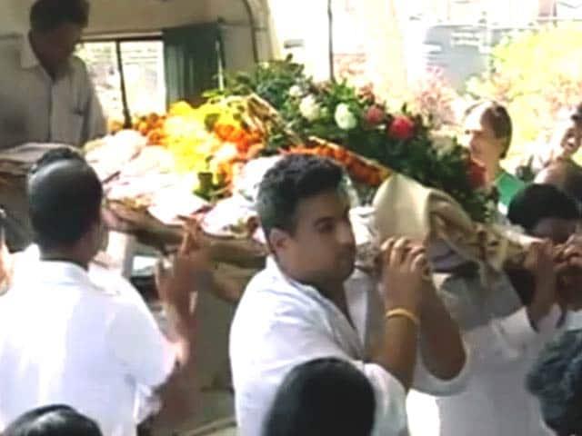 Video : साधना की अंतिम विदाई में बॉलीवुड से चंद लोग ही पहुंचे