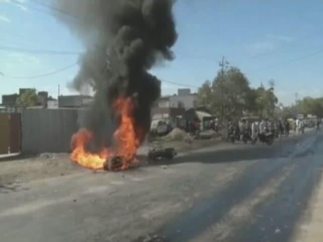 Videos : वडोदरा : भीड़ ने की ट्रैफिक पुलिसकर्मी की पिटाई