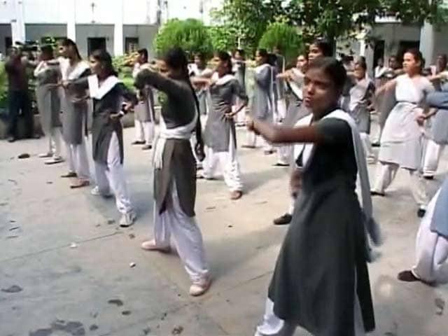 Video : शोहदों को सबक सिखाने की तैयारी, यूपी में लड़कियों को सेल्फ डिफेंस की ट्रेनिंग