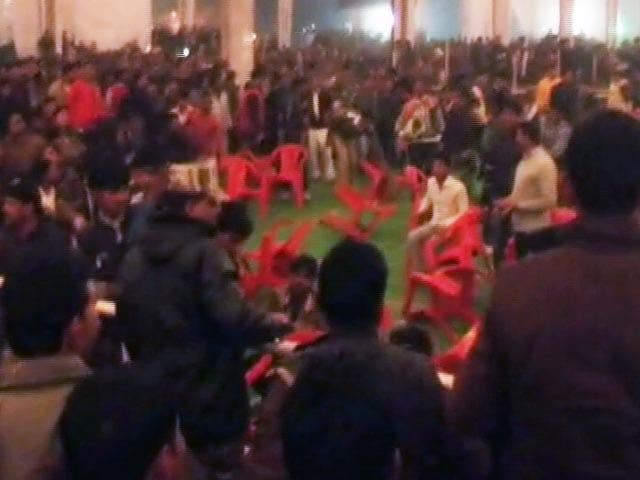 Video : सैफई महोत्सव में जमकर बवाल, तोड़फोड़- मारपीट