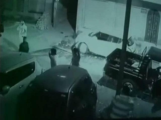 Videos : कैमरे में कैद : जोधपुर में बीच सड़क पर गैंगवार, गाड़ियां तोड़ीं, गोलियां भी दागीं