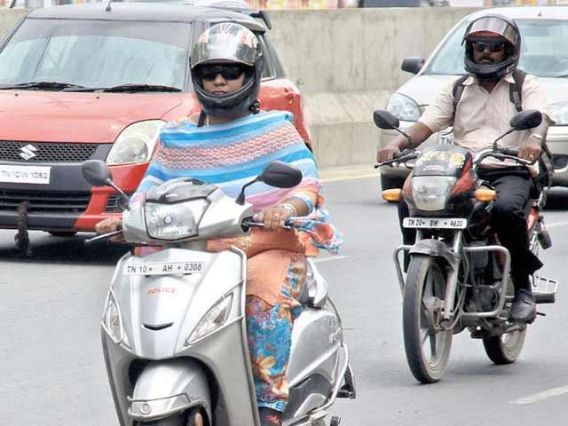 Video : बेंगलुरु में टू-व्हीलर पर पीछे की सीट पर बैठने वालों के लिए भी हेलमेट जरूरी