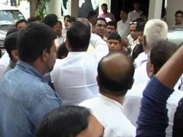 Videos : मुंबई : राहुल गांधी के दौरे को लेकर आपस में भिड़े कांग्रेसी नेता