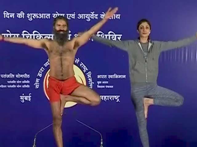 Videos : अभिनेत्री शिल्पा शेट्टी ने योगगुरु रामदेव संग किया योग