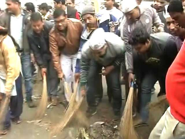 Video : AAP Ministers Use Brooms In Delhi, Sanitation Workers Block Clean-Up Team