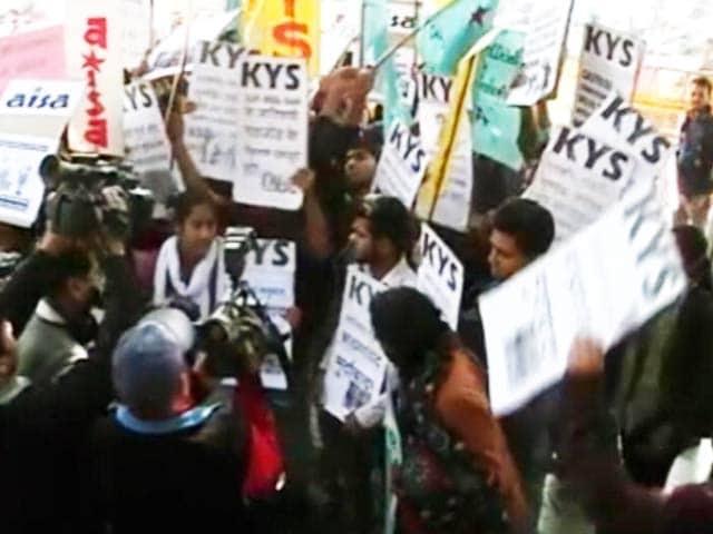 Videos : दिल्ली पुलिस मुख्यालय के बाहर छात्रों का विरोध प्रदर्शन