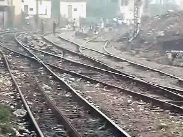 Videos : छत्रपति शिवाजी टर्मिनस के पास पलटी मालगाड़ी, ट्रेनों की आवाजाही प्रभावित