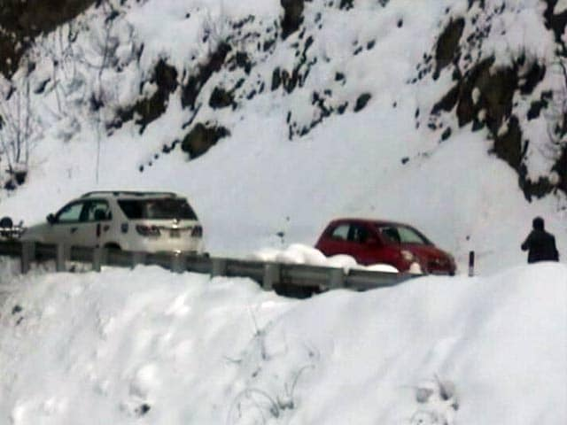Video : शिमला सहित कई हिस्सों में बर्फबारी, रास्ते बंद