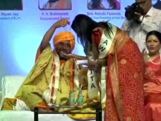 Video : Chief Minister Fadnavis' Wife Gets Necklace 'Out Of Thin Air'