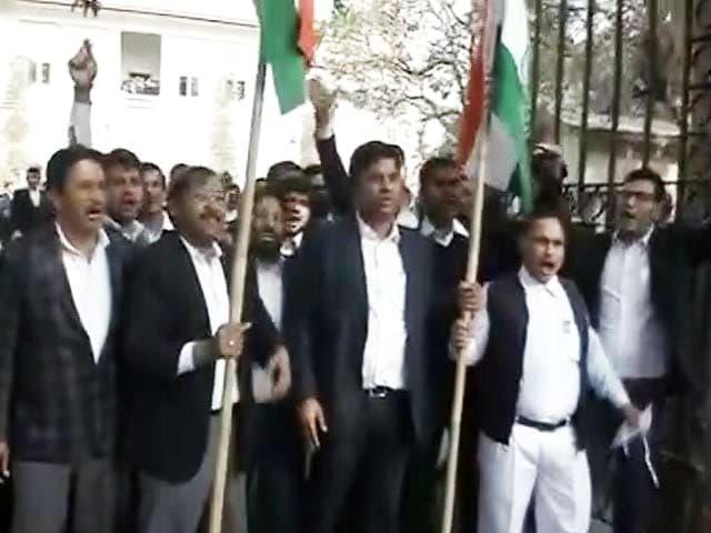 Video : पटियाला हाउस कोर्ट में वकीलों के दो गुट भिड़े,  नारेबाजी भी की