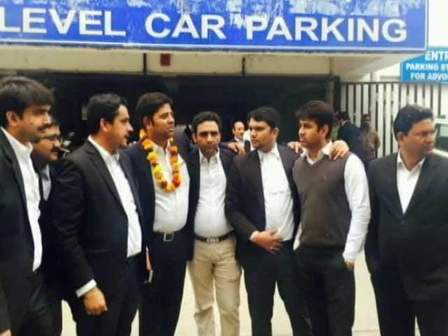 Video : जेएनयू छात्रों, पत्रकारों की पिटाई करने वाले विक्रम चौहान का वकीलों ने किया सम्मान
