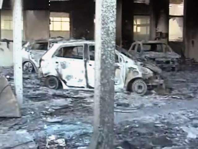 Video : रोहतक में जाट प्रदर्शनकारियों ने कार का शोरूम जलाया