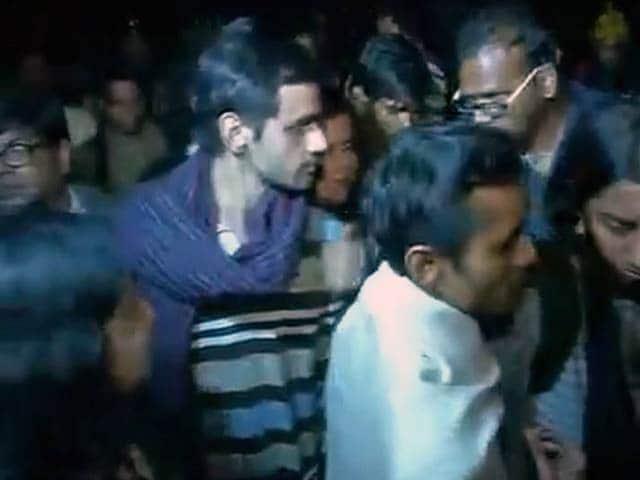 Video : देशद्रोह के आरोपी जेएनयू के छात्र उमर खालिद और अनिर्बन ने किया सरेंडर
