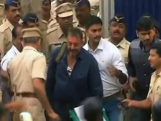 Video : येरवडा जेल से रिहा हुए संजय दत्त
