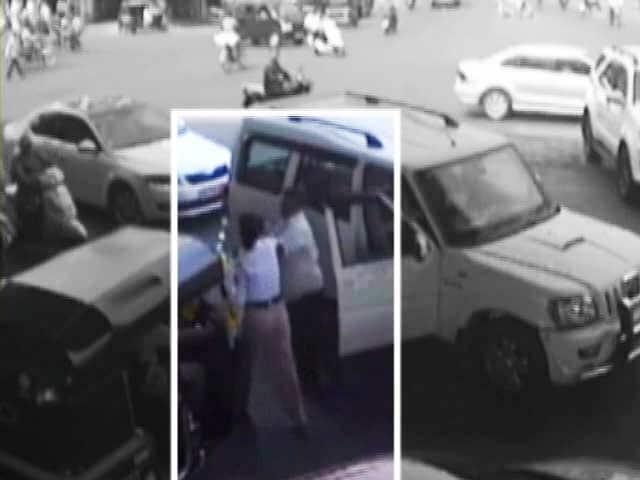 Video : ठाणे : गाड़ी चालाते हुए मोबाइल पर बात करने से रोका तो सरेआम महिला पुलिसकर्मी को पीटा
