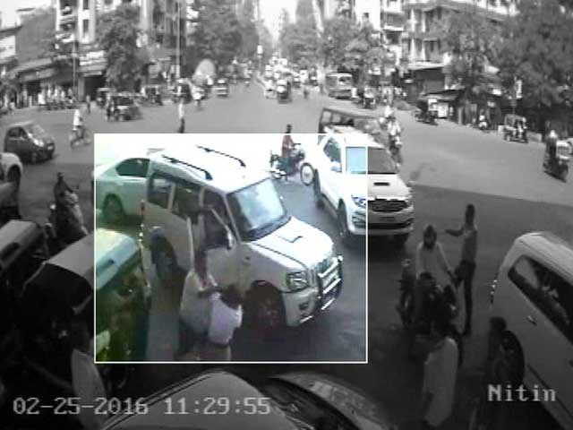 Video : Caught On Camera: Shiv Sena Man Allegedly Assaults Woman Constable In Thane