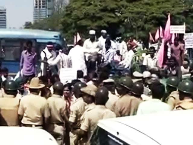Videos : बेंगलुरु में किसानों का विरोध-प्रदर्शन, बिगड़े ट्रैफिक के हालात
