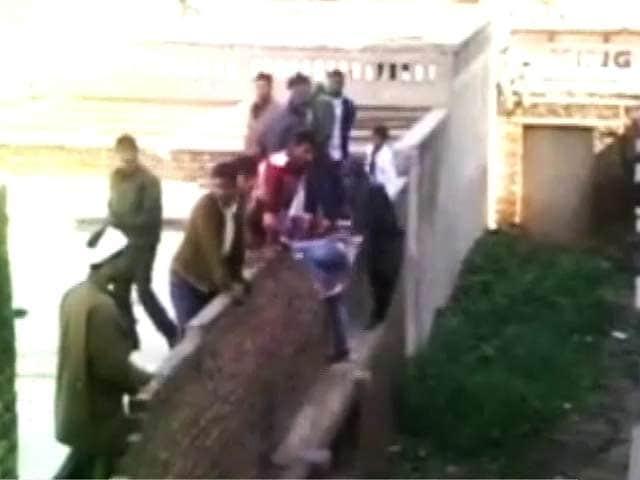 Videos : मथुरा में नकल का खुला खेल, 9 लोग सस्पेंड किए गए