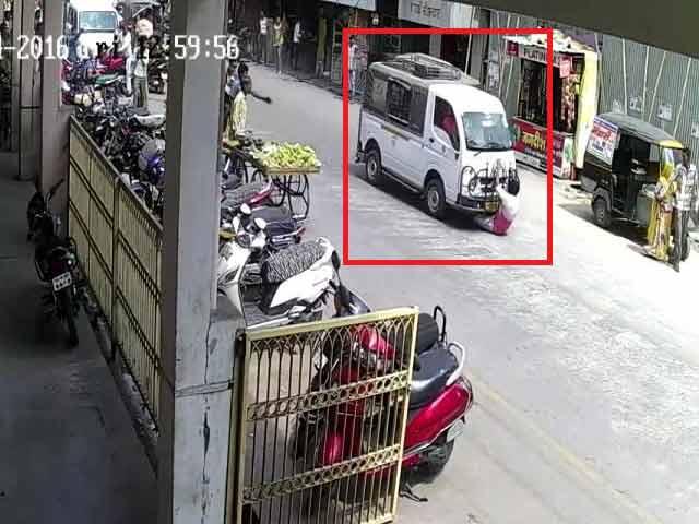Videos : कैमरे में कैद : ड्राइवर की हत्या की कोशिश, मिनी ट्रक से 500 मीटर तक घसीटा