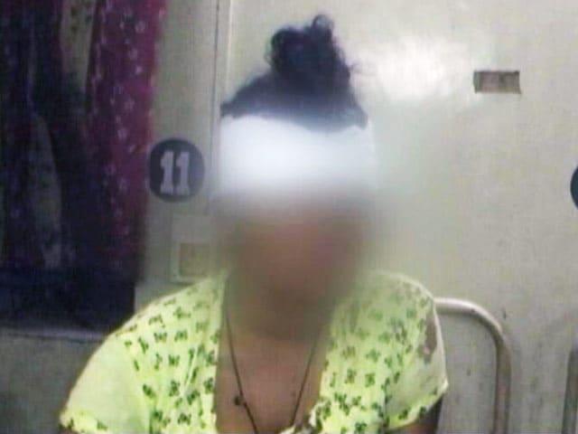 Video : कोलकाता : लड़की ने बलात्कार से बचने के लिए दूसरे माले से कूद गई