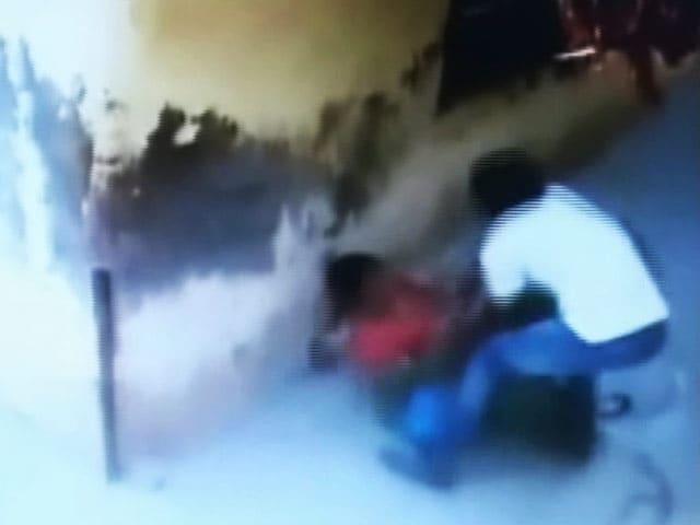 Video : कैमरे में कैद : बैग छीन कर भाग रहे बदमाश से भिड़ गई महिला टीचर