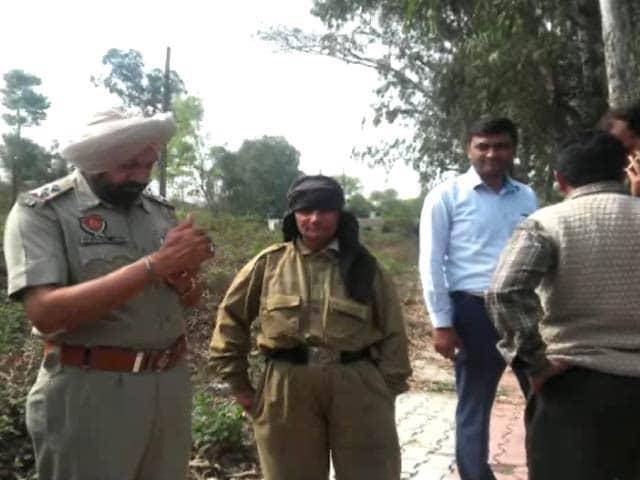 Video : पठानकोट : CRPF की वर्दी में एक संदिग्ध महिला गिरफ्तार?