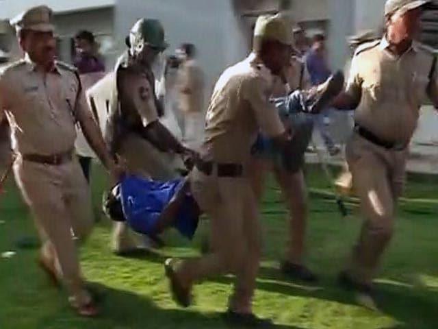 Video : वेमुला केस : हैदराबाद विश्वविद्यालय में छात्रों ने कुलपति को छह घंटों तक बंधक बनाए रखा