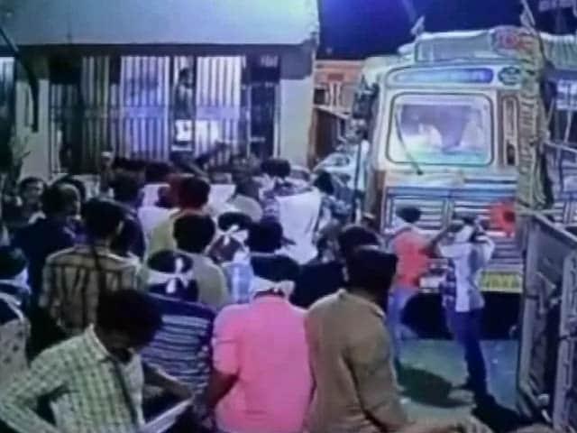 Videos : सीसीटीवी में कैद : राजकोट के टोलबूथ पर तोड़फोड़