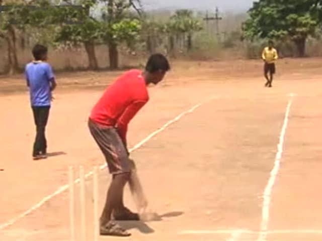 Videos : माओवाद के गढ़ में चल रहा है आदिवासियों का अपना टी-20 टूर्नामेंट