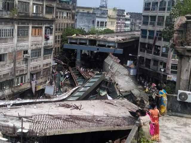 Videos : कोलकाता में निर्माणाधीन फ्लाईओवर का हिस्सा गिरा