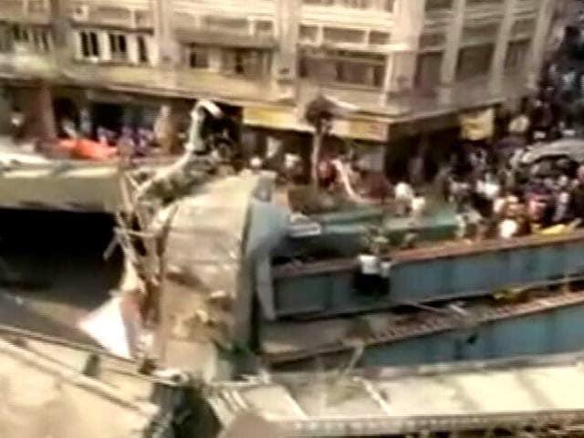 Videos : कोलकाता में फ्लाईओवर हादसा : 24 लोगों की मौत