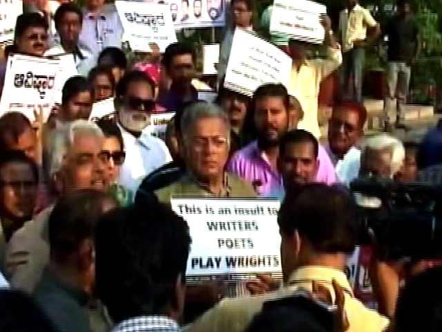 Videos : बेंगलुरु : मानव संसाधन मंत्रालय के ख़िलाफ़ उर्दू लेखकों, साहित्यकारों ने किया प्रदर्शन