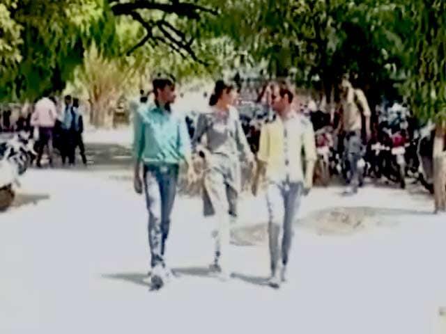 Videos : मध्य प्रदेश में पीएम मोदी की रैली में कॉलेज छात्रों को पहुंचने का आदेश