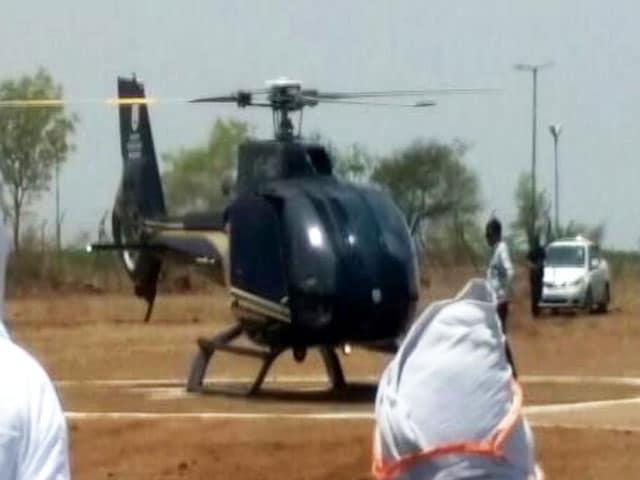 Videos : बूंद-बूंद को तरसते लातूर में मंत्रीजी के लिए हेलीपैड बनाने में 10,000 लीटर पानी खर्च