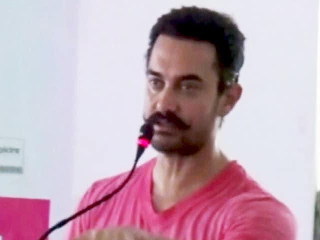 Video : महाराष्ट्र के सूखा प्रभावित बीड़ में जल संचय अभियान चला रहे हैं आमिर