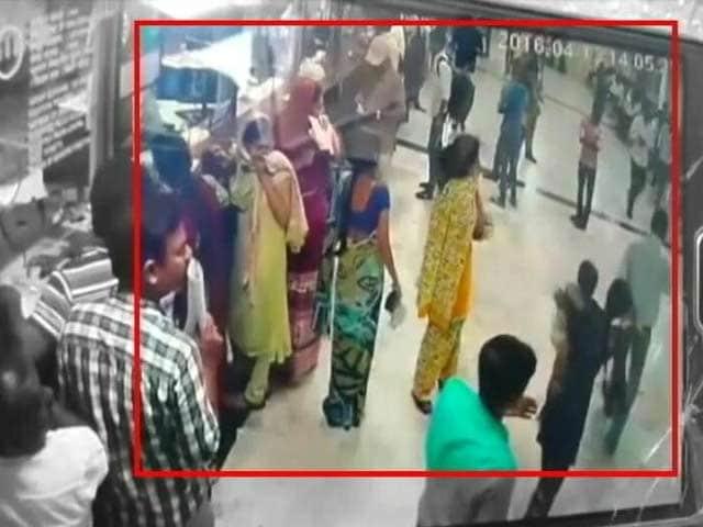 Videos : मुंबई सेंट्रल रिज़र्वेशन केंद्र पर अज्ञात स्प्रे से मची अफ़रा-तफ़री